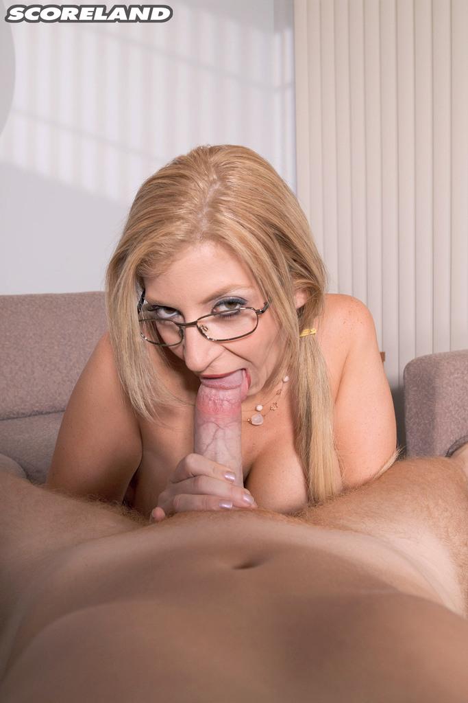 Сара Джей разлеглась на столе и занялась вагинальным соитием