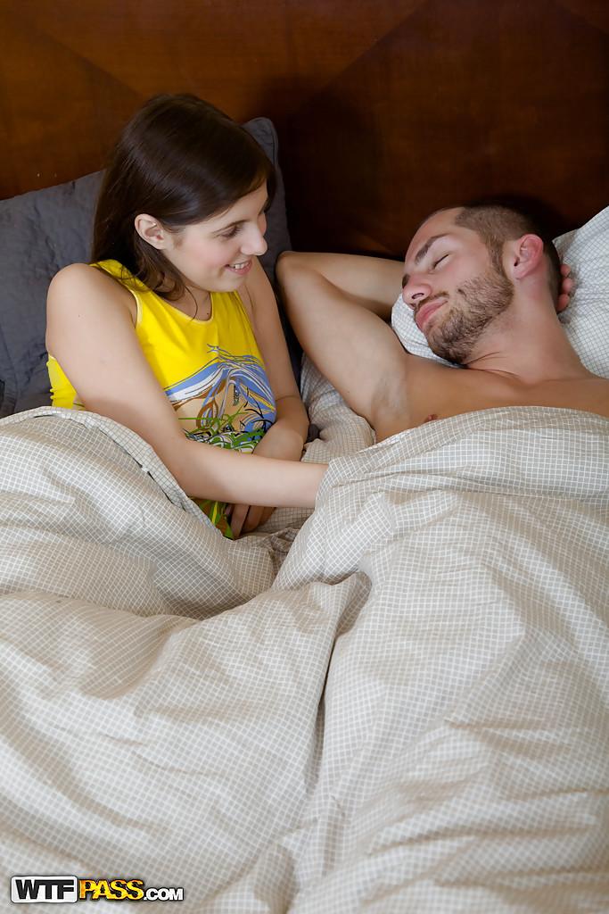 Утренний минет от молодой потаскушки и сперма в рот