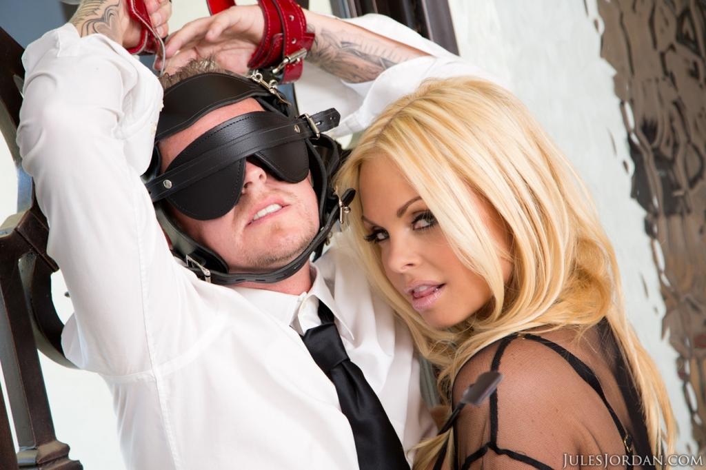 Сексапильная блондинка в эротическом наряде доминирует над парнем