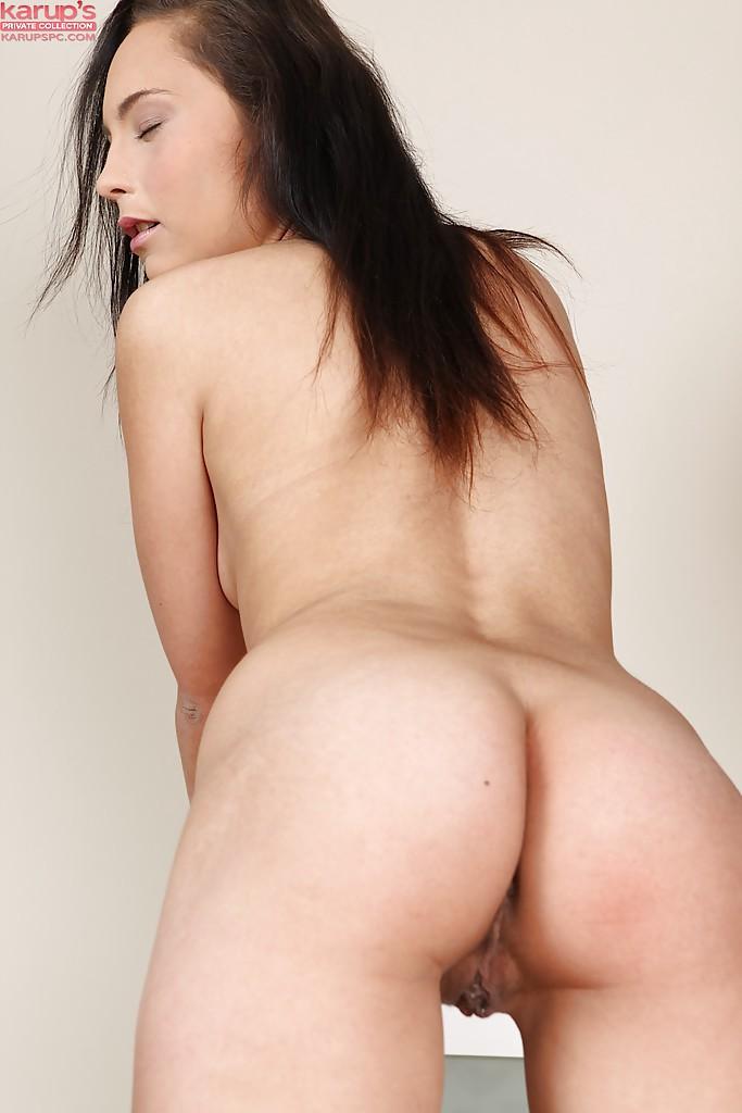 Молодая девушка раздвигает половые губы в разные стороны