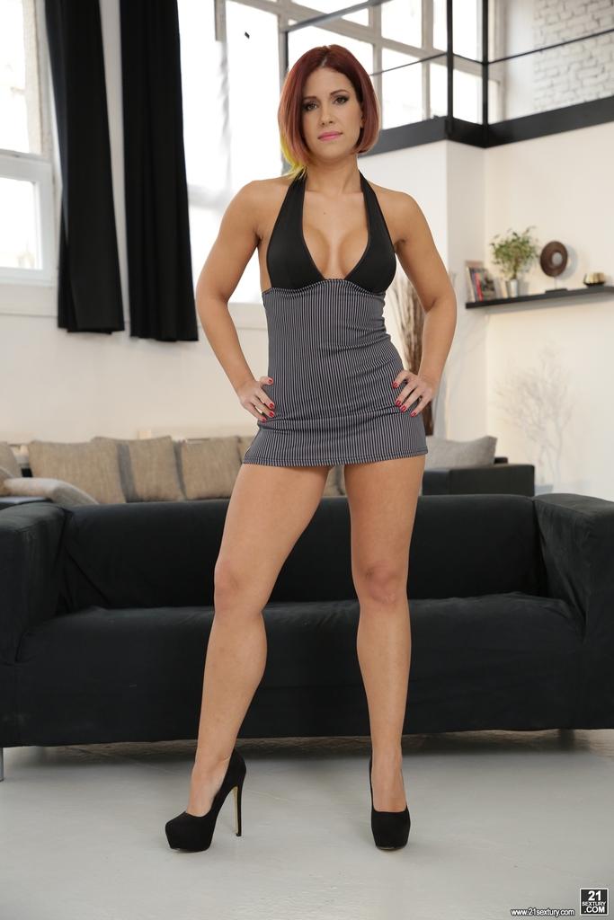 Кейти Фукдолл щеголяет сочной задницей в черных стрингах