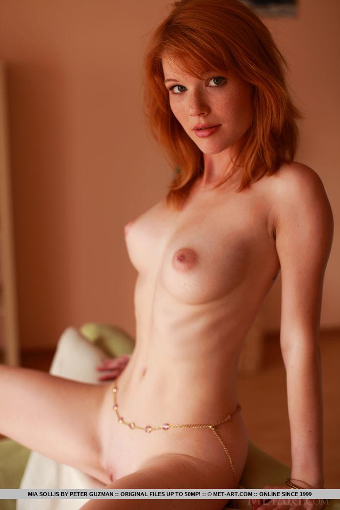 Рыженькая девушка красиво позирует, принимая разные позы