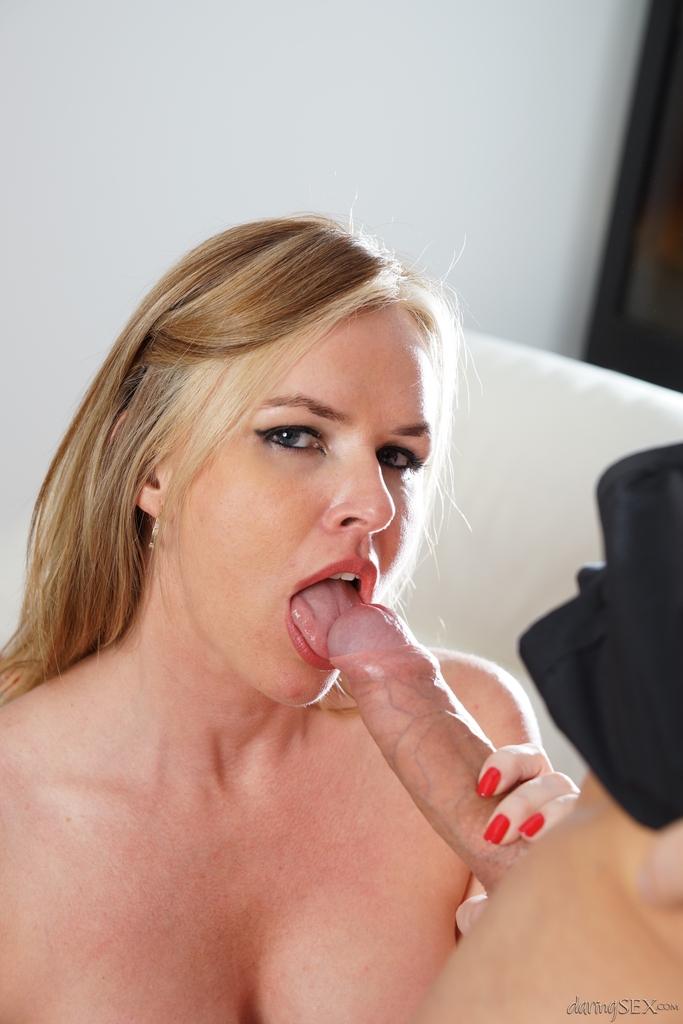 Потаскуха в черных чулках полирует стояк и облизывает его языком