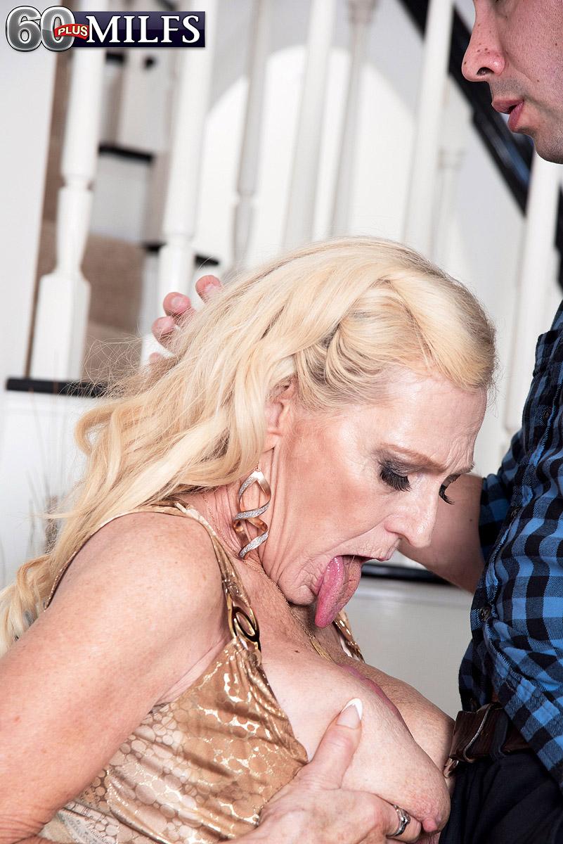 Старая блондинка помогла мужику получить оргазм