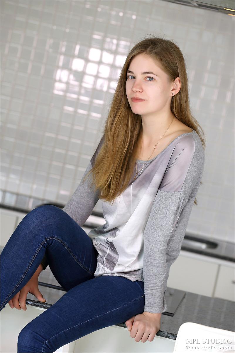 Молодая девушка с опухшими сосками и крошечными сиськами топлесс в узких джинсах