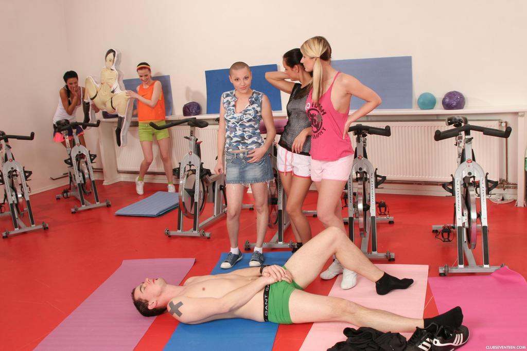 Группа девушек используют инструктора йоги для сексуальных забав