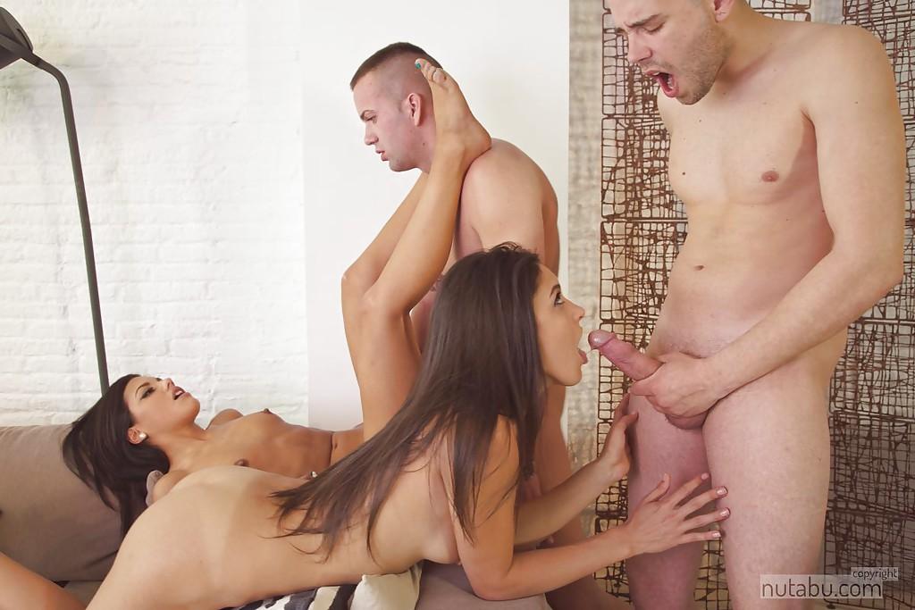 Парни и смазливые брюнетки устроили горячий групповой секс