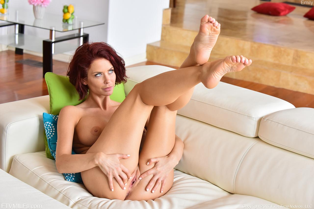 Шикарная голая Эмили Эдиссон раздвигает половые губы