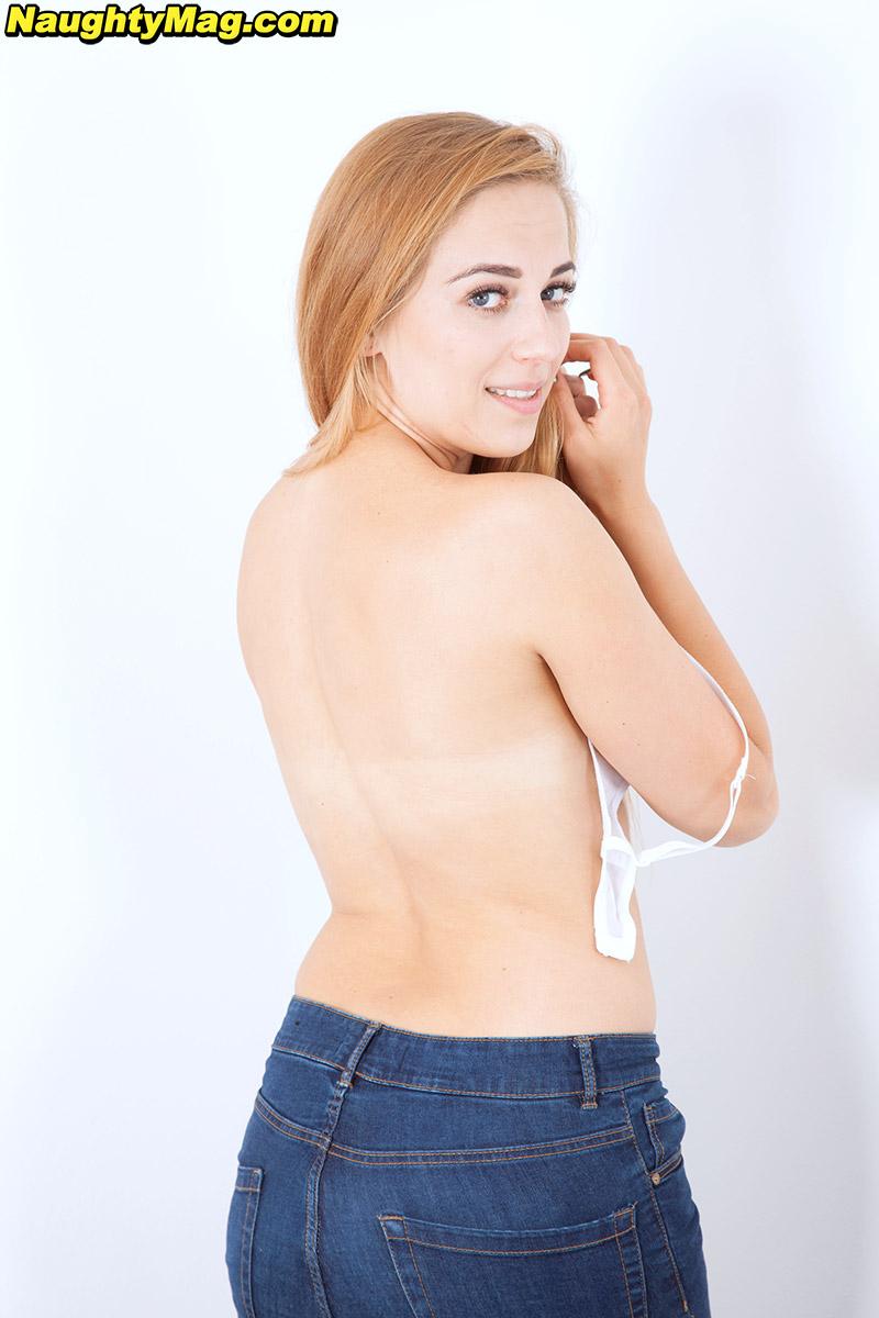 Смазливая молодая девушка с маленькой грудью