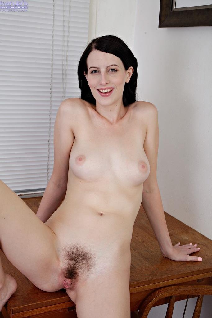 Брюнетка Алекс раздвигает волосатые половые губы киски после обнажения