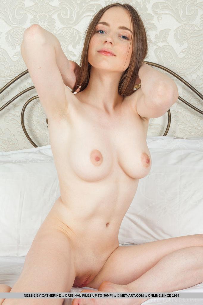 Женственная молоденькая девушка с выбритой узенькой киской