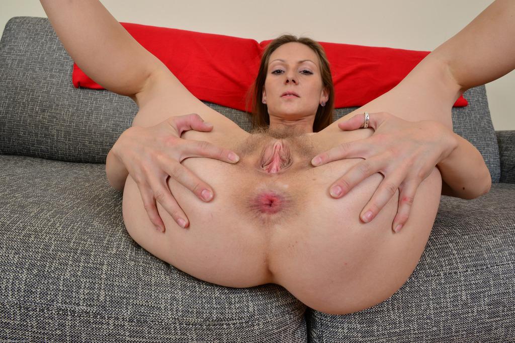 Зрелая женщина демонстрирует дырки крупным планом