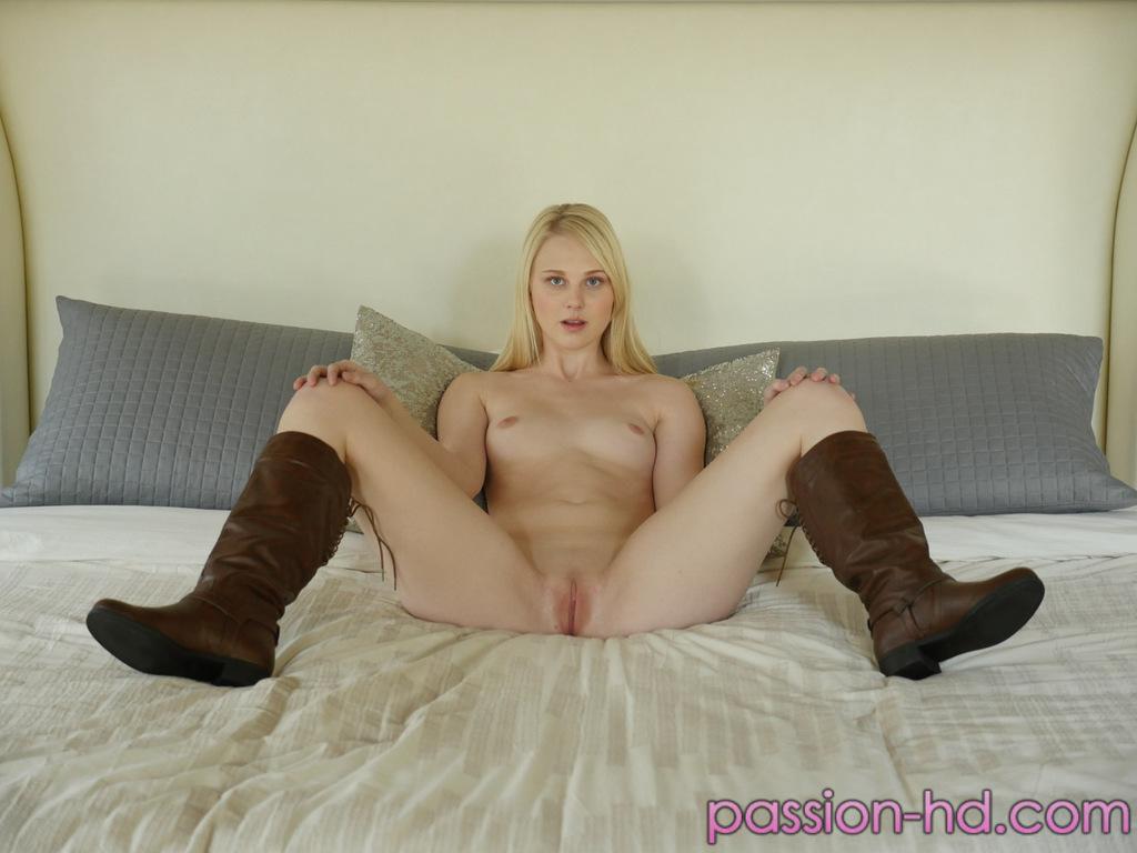 Молодая Лили Радер демонстрирует свою идеальную киску