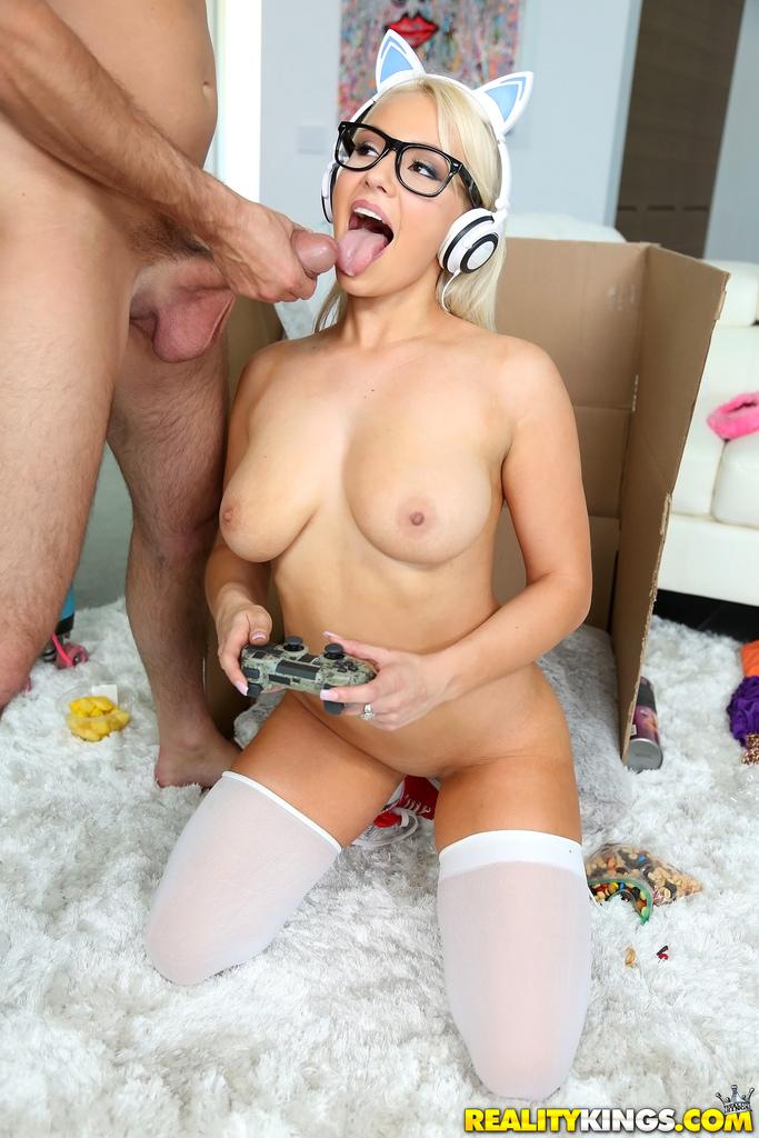 Сексуальная блондинка играет в компьютерную игру и трахается
