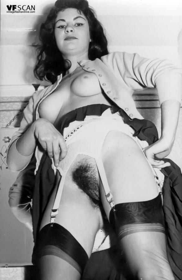 Брюнетистая баба задирает юбку и демонстрирует мохнатую пилотку