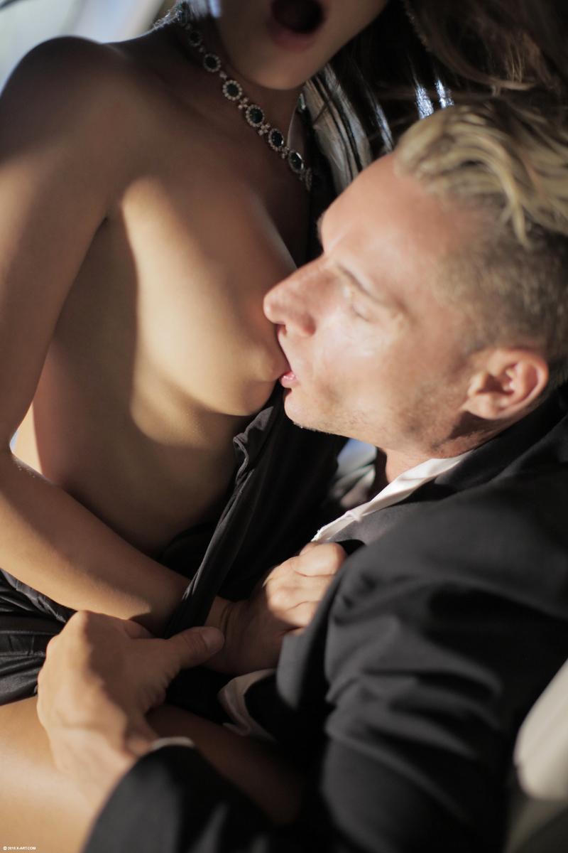 Обворожительная девушка подставляет бритую киску под половой член