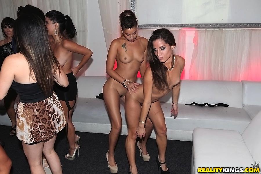 Бухие девушки устроили групповой разврат на вечеринке