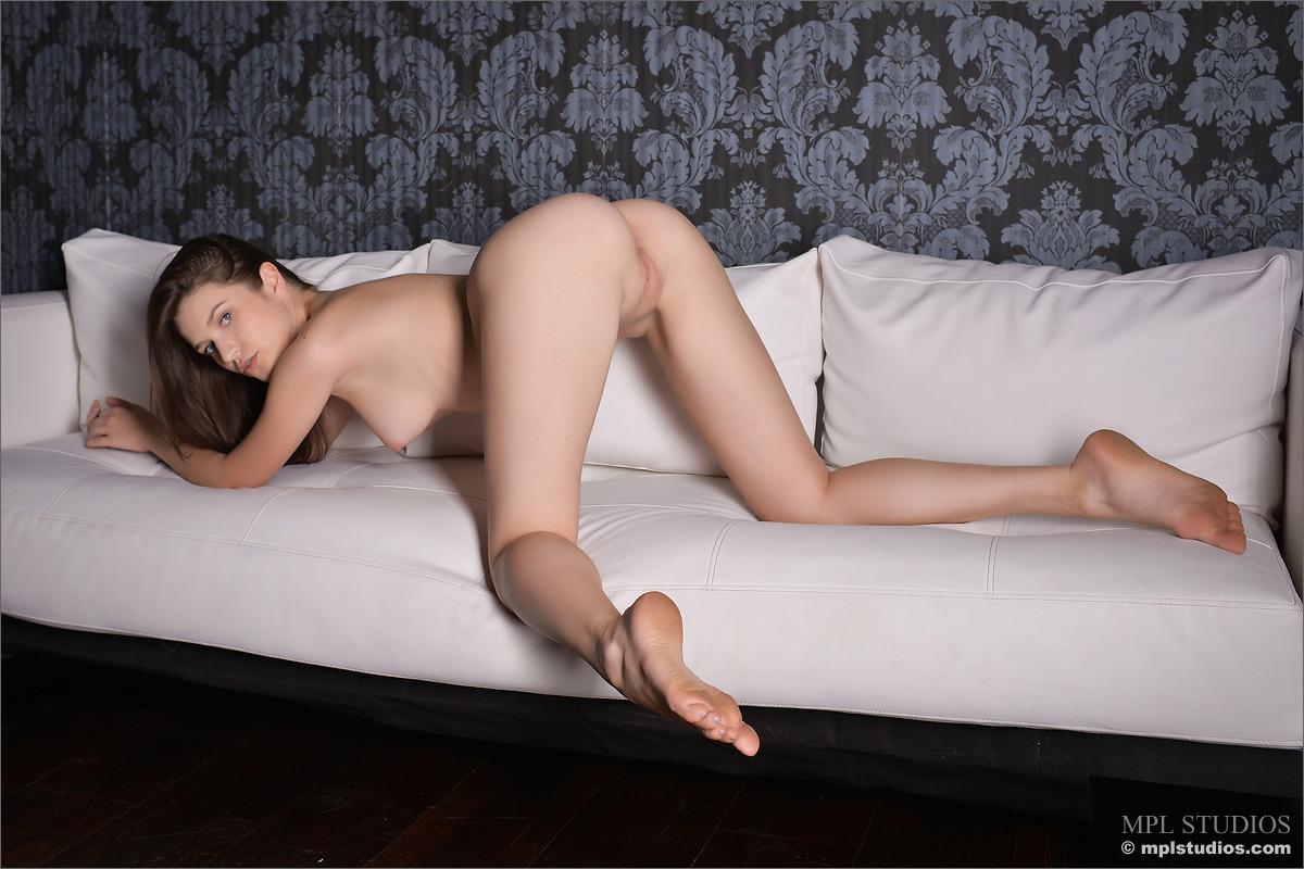 Сексуальная длинноногая девочка показывает письку