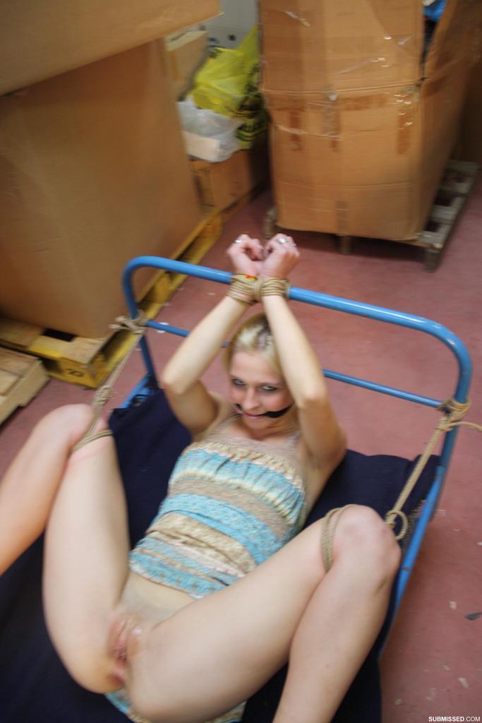 Секс машина доводит до головокружительного оргазма блондинку