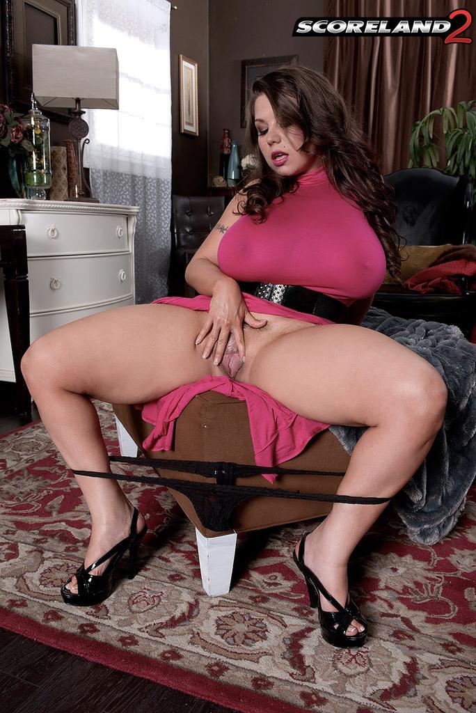 Перед мастурбацией грудастая мамаша облизала черную секс игрушку