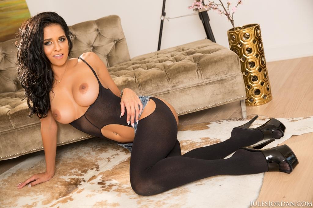 Соло сногсшибательной латиноамериканской девушки в эротическом наряде