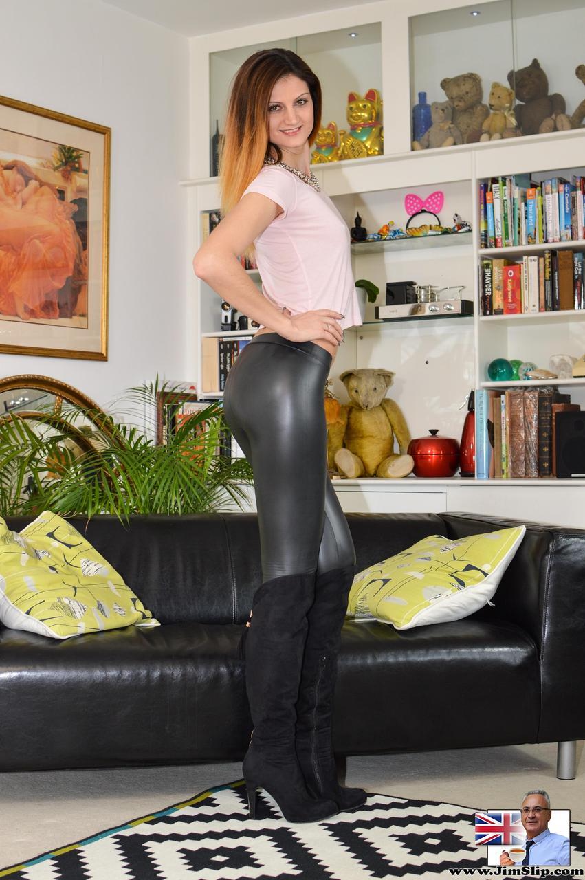 Откровенная сучка на каблуках спускает обтягивающие штаны