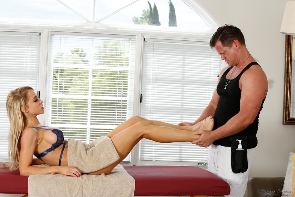 Фут фетиш и горячий половой акт на массажном столе