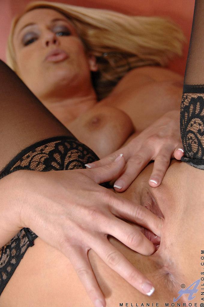 Меллани Монро обнажает красивые сиськи перед мастурбацией