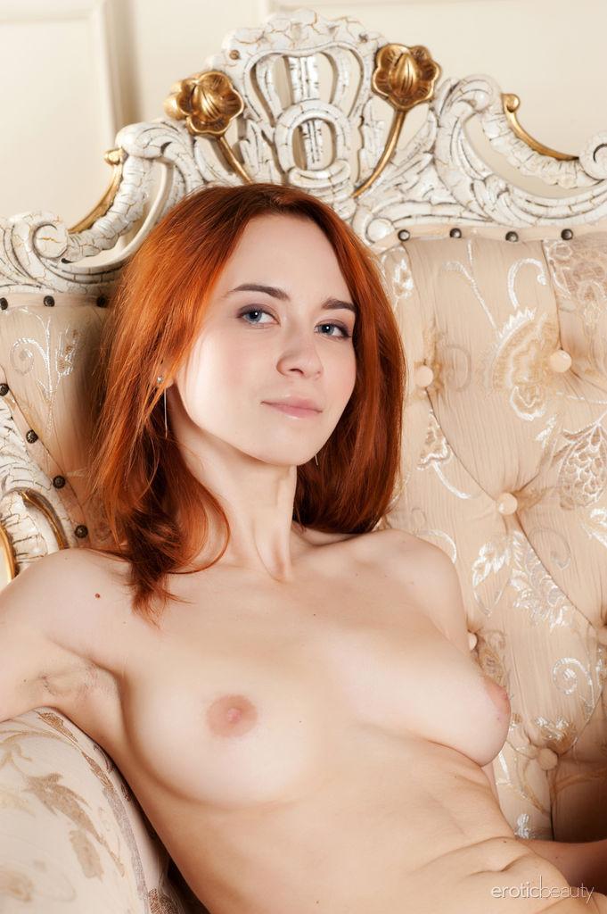 Красивая рыжая девушка с волосатой пиздой