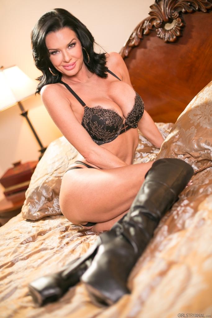 Известная порно звезда Вероника Авлув позирует в спальне на кровати