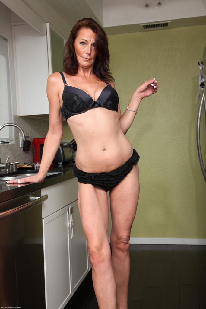 Женщина Mimi Moore показала пизду с волосами на лобке на кухне