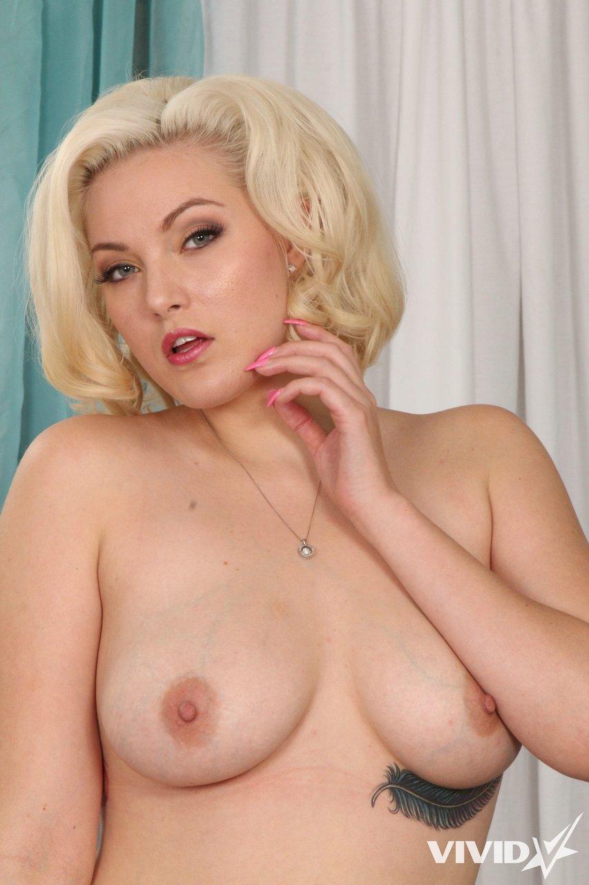Голенькая блондинка хочет соблазнить темнокожего чувака на еблю