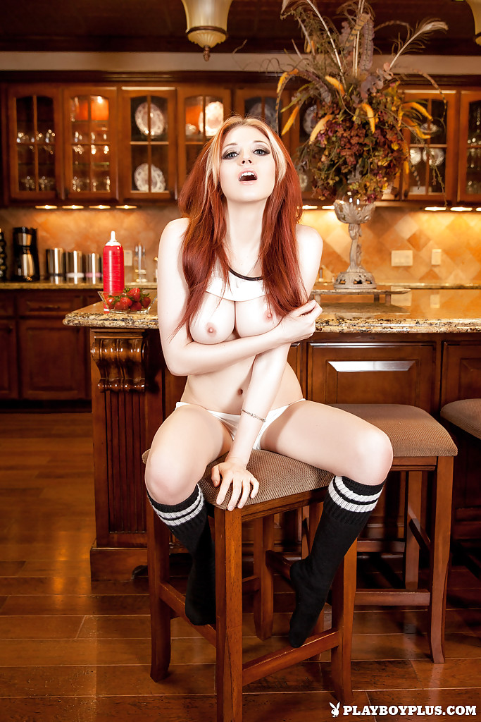 Рыжеволосая девушка с большими сиськами позирует в разных позах