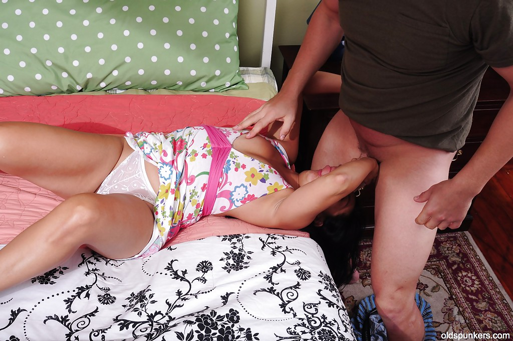 Азиатская баба наслаждается спермой после отсоса