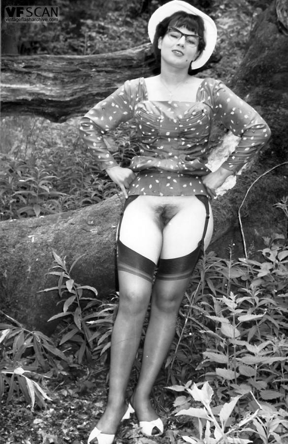 Эротические ретро фото барышни в черных чулках на природе