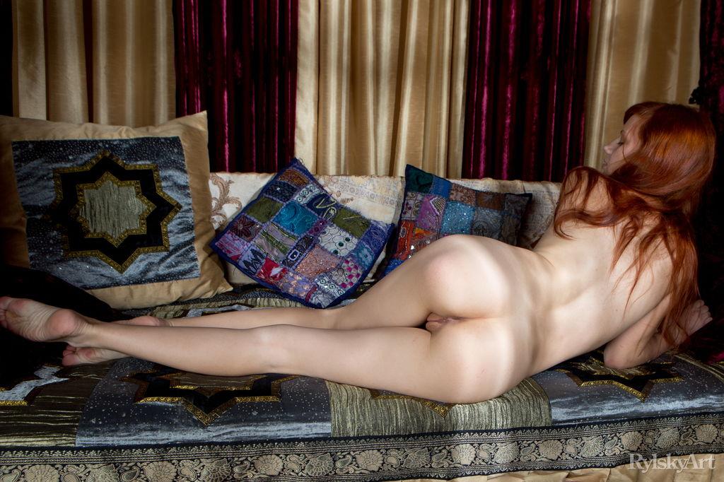 Эротические фото рыжеволосой красивой девушки с бритой киской
