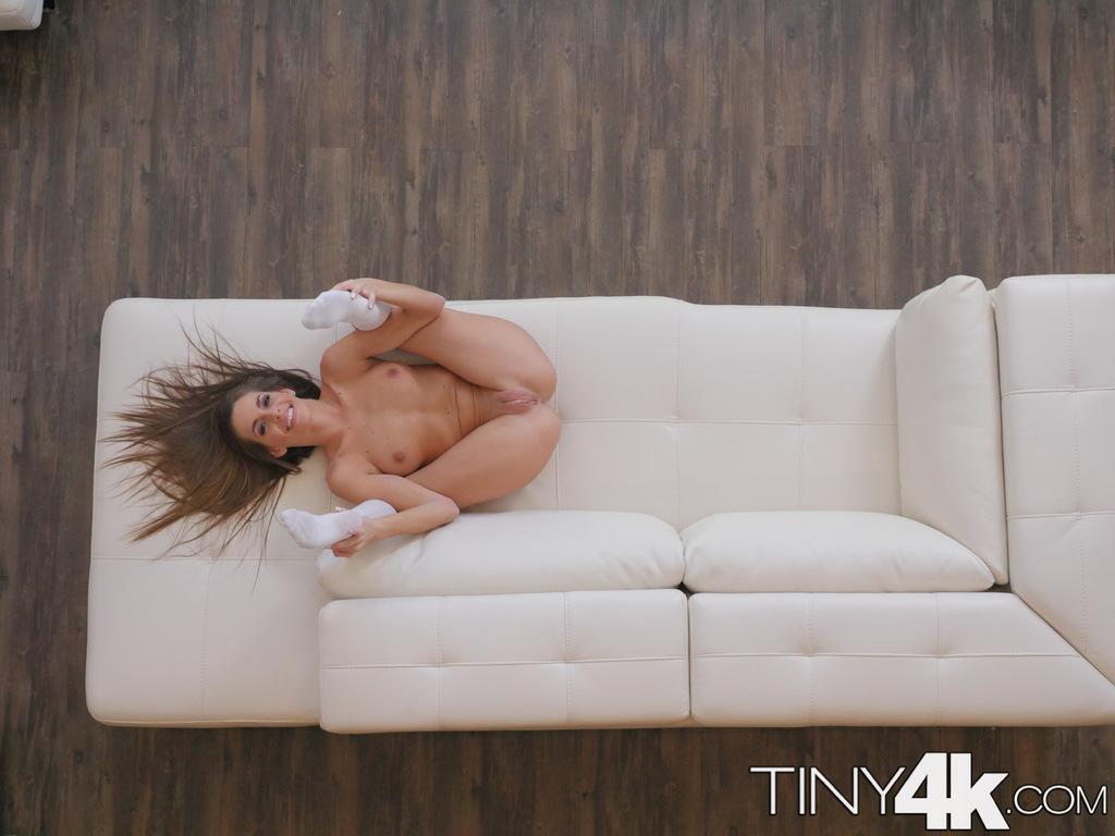 Симпатичная Кимми Грейнджер снимает свою короткую юбку