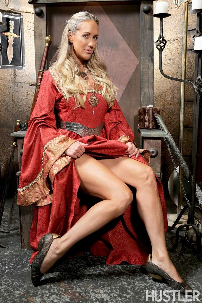 Зрелая мадам Бранди Лав высвобождает большие сиськи из косплей костюма