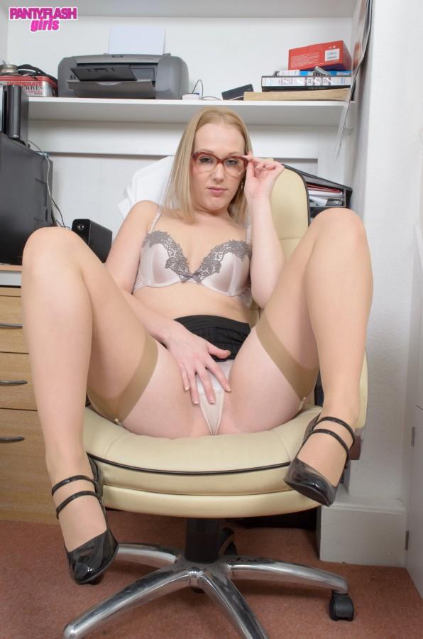 Секретарша в телесных чулках мастурбирует пизду на работе