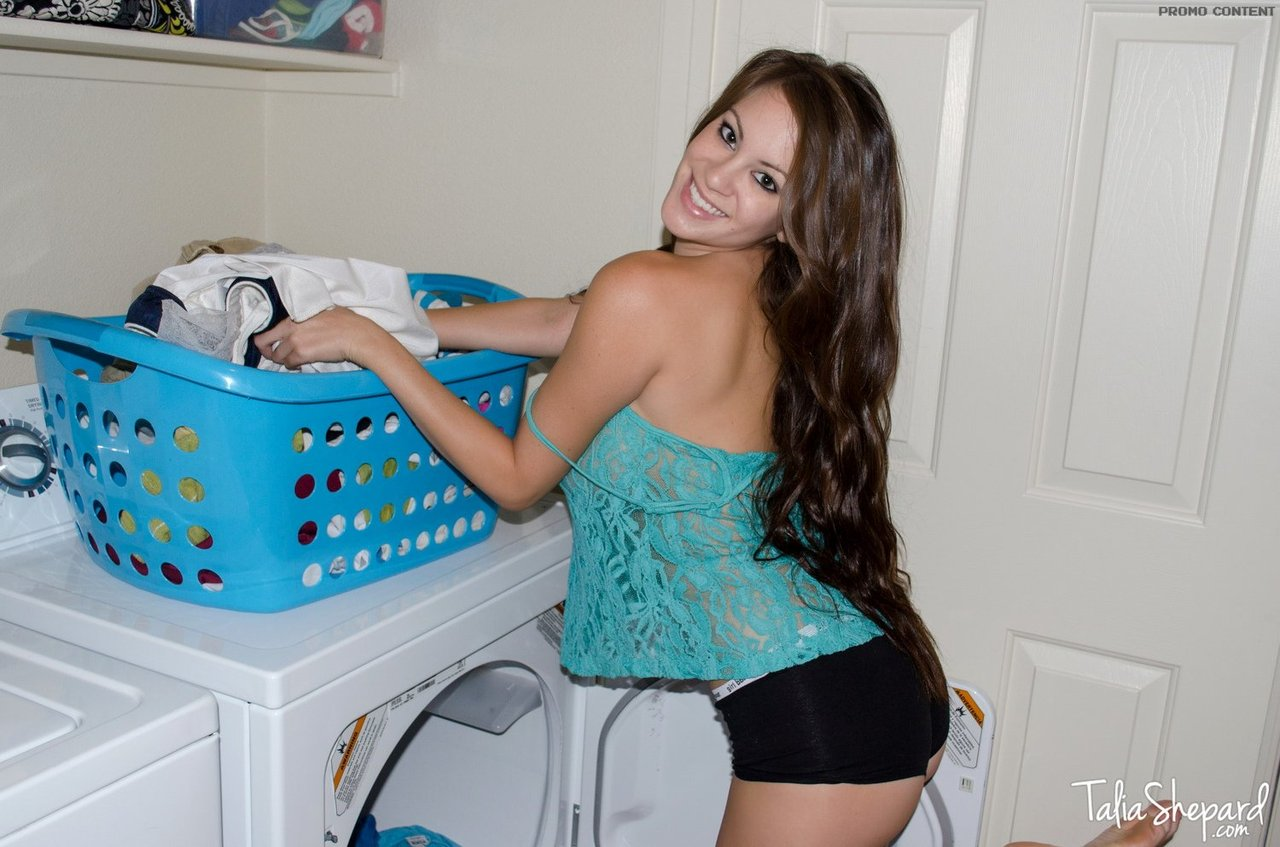 Домашние фотографии большешгрудой красавицы возле стиральной машины
