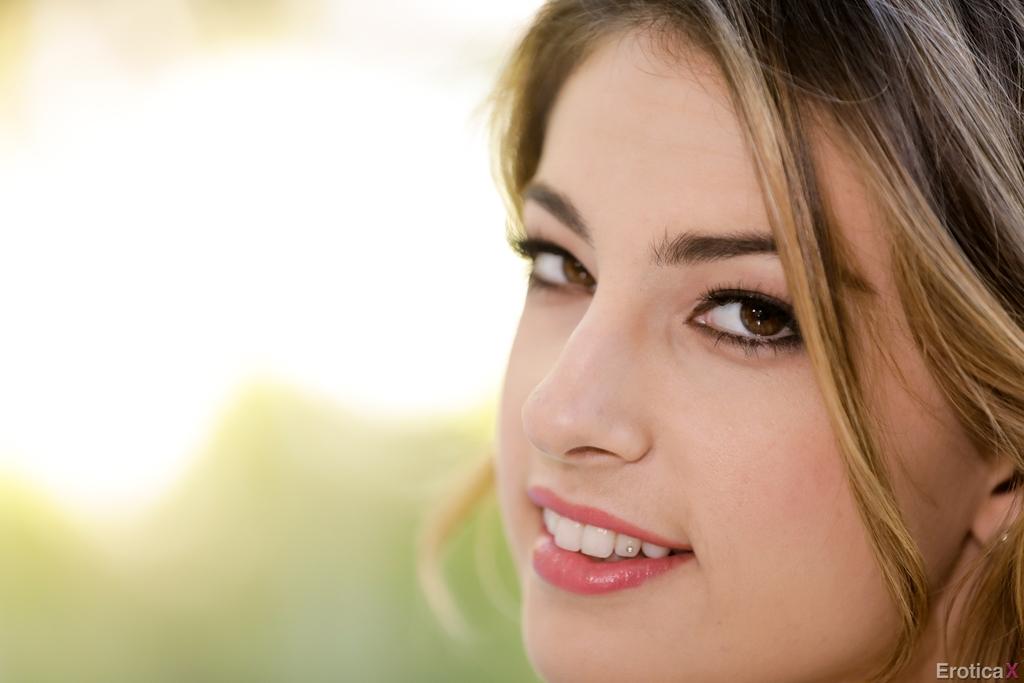 Эротические фото девушки с красивой интимной стрижкой