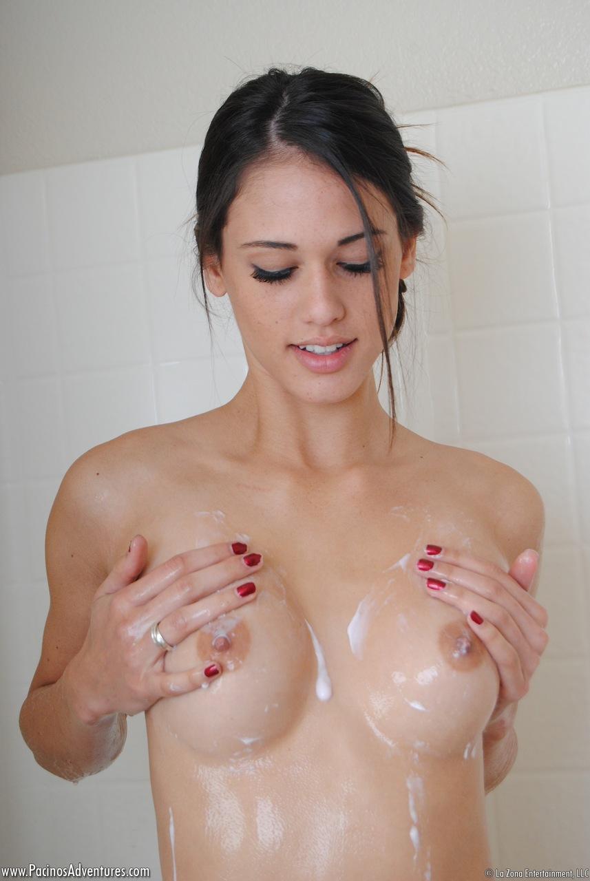 Красавица Тиффани Томсон голая в ванной комнате