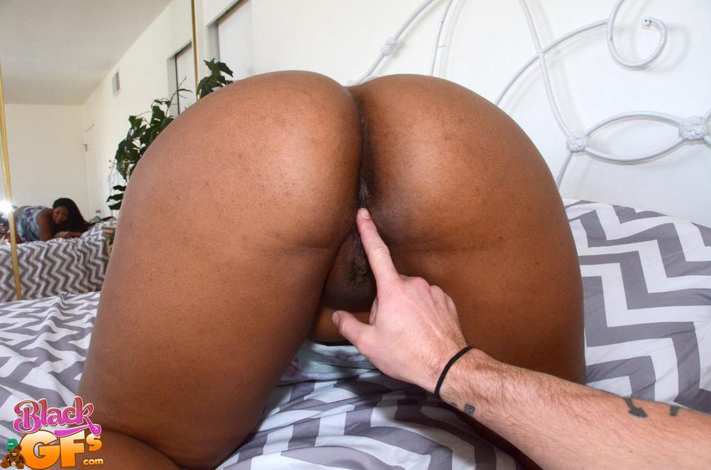 Парень пальцами возбуждает жирную темнокожую подружку