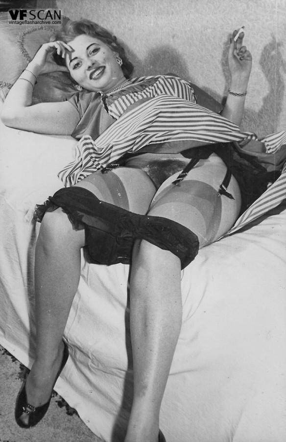 Зрелая баба в чулках расставляет ноги и демонстрирует мохнатую киску