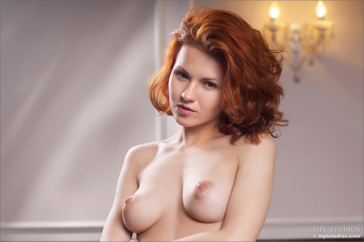 Обнаженная рыжая девушка - молода и красива