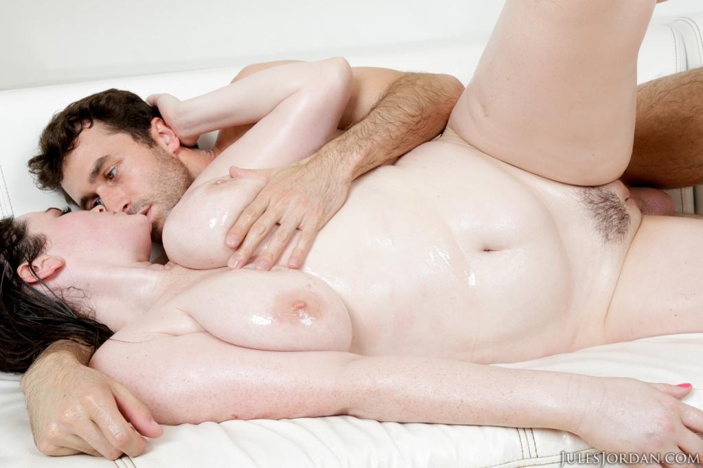 Полная девушка с большими сиськами попробовала сперму на вкус