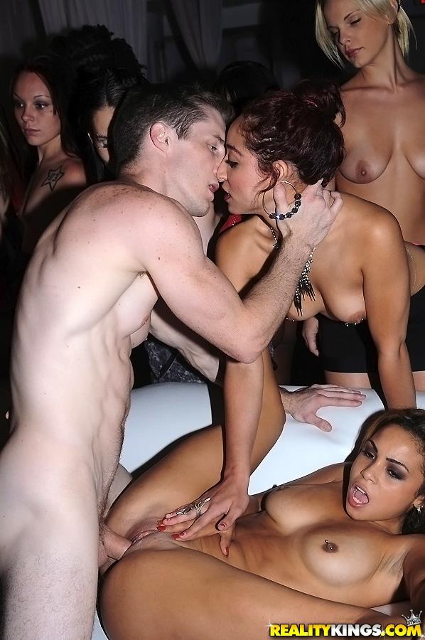 Клубные цыпочки Гилиана Алексис и Мейси Картель принимают участие в групповом сексе