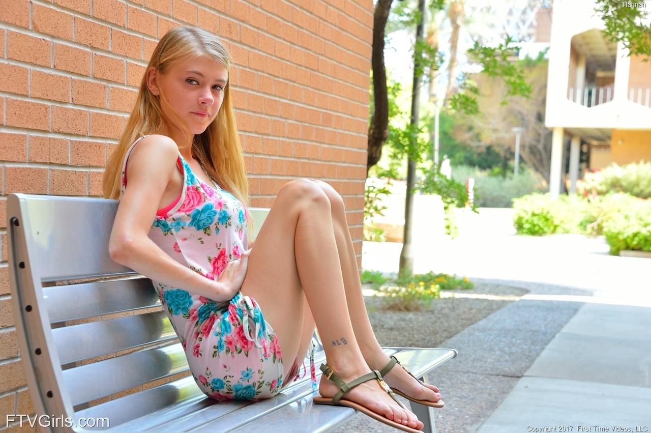 Молоденькая блондинка продемонстрировала дырочки на улице