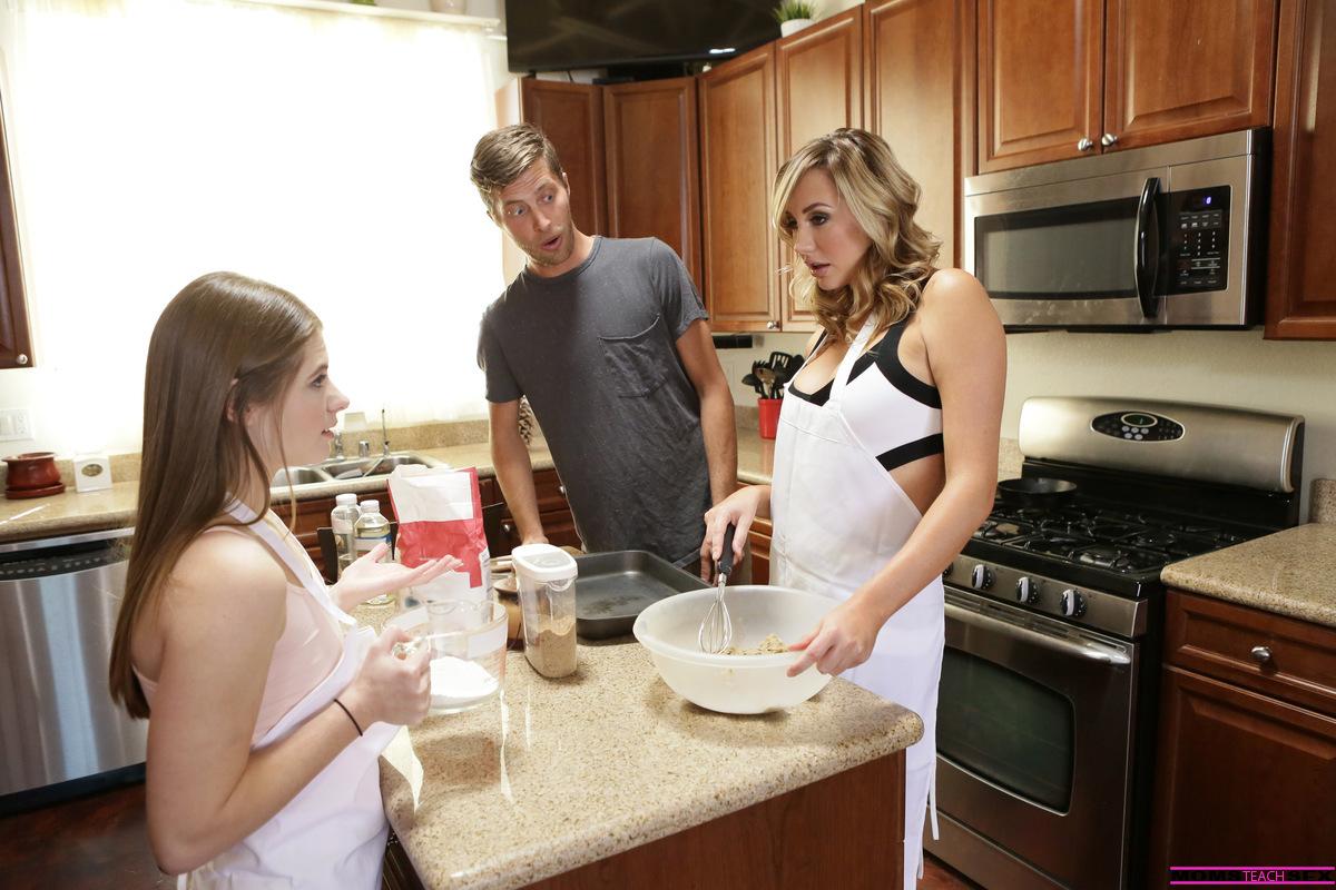 Трах с молодой девкой и раскрепощенной мамкой на кухонном столе