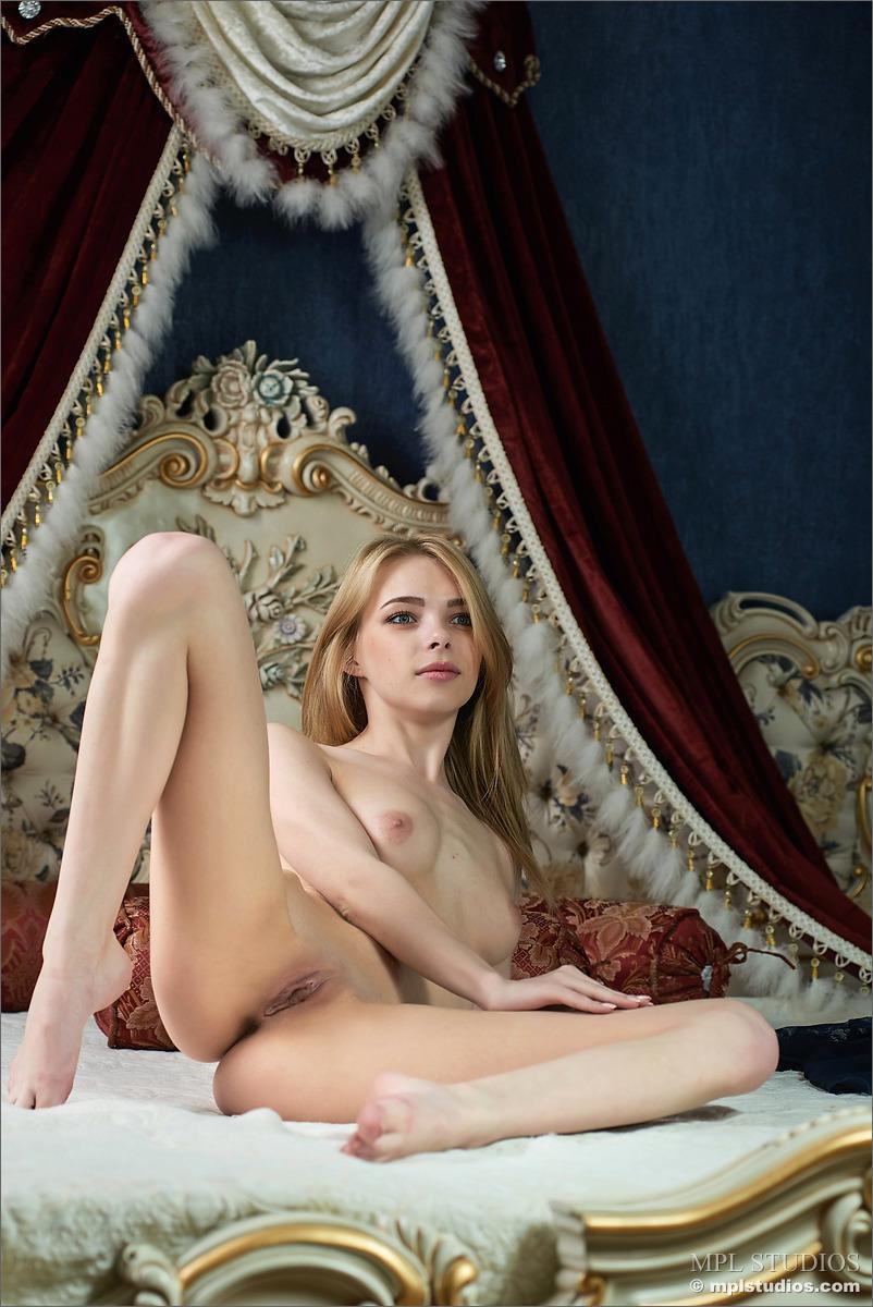 Худенькая деваха разлеглась на кровати и потрогала письку